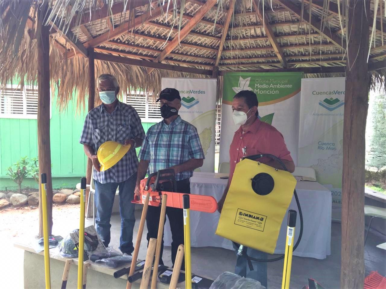 Centro Naturaleza entrega equipos y herramientas a oficina del ministerio de medio ambiente en Monción
